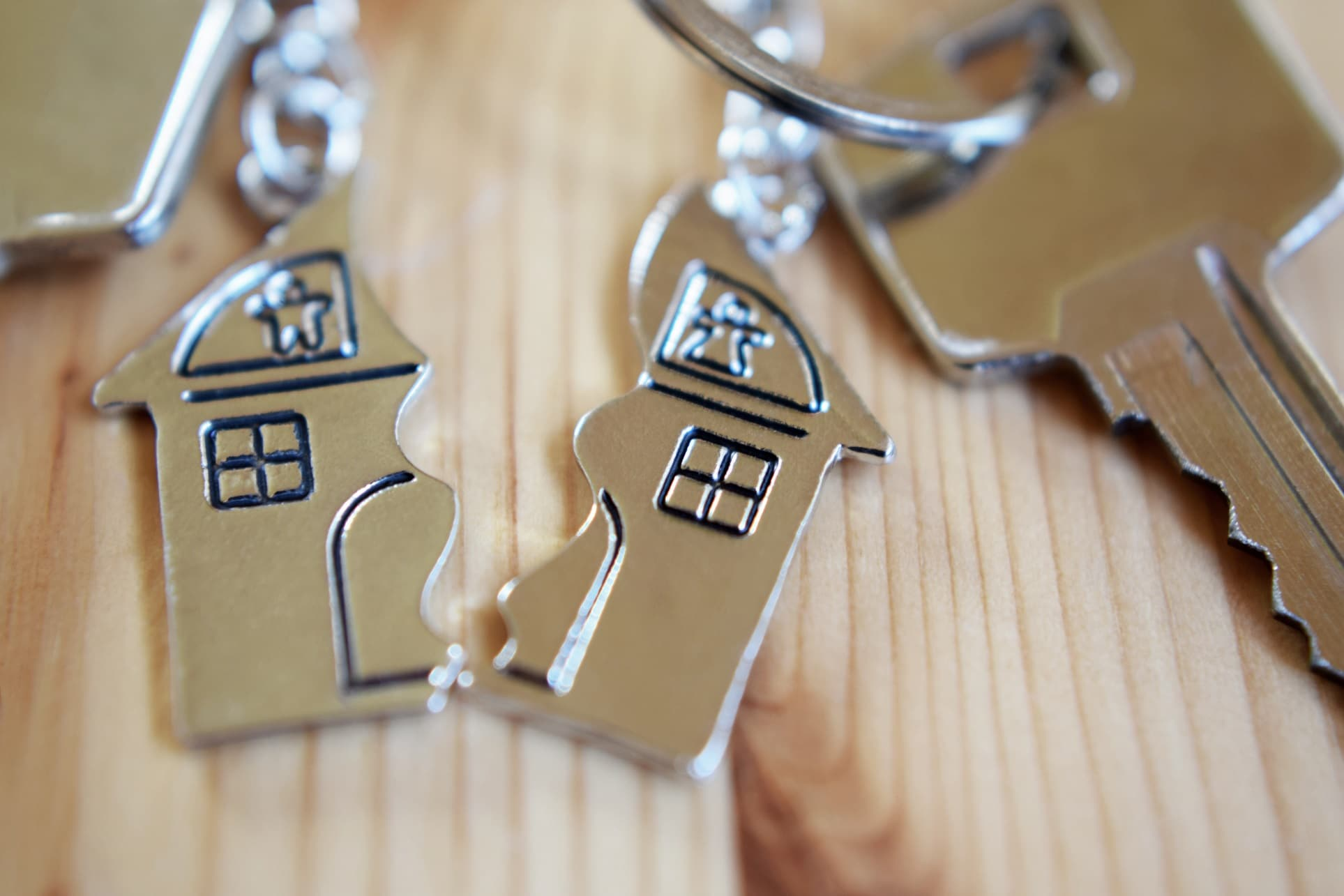 Broken house keyring divorce